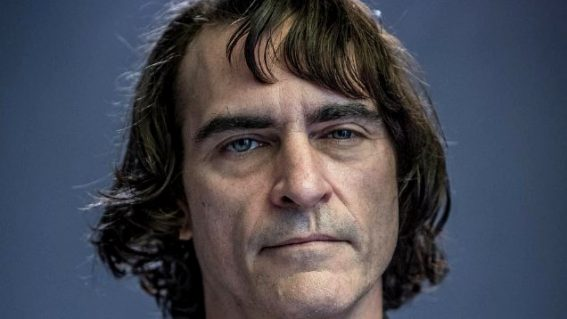 The first image of Joaquin Phoenix as the Joker looks like Joaquin Phoenix having a bad hair day